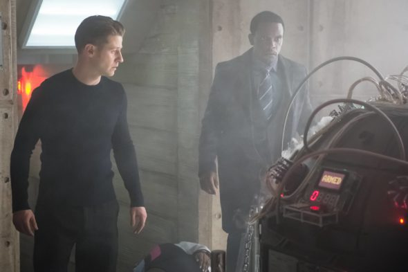 GOTHAM: L-R: Ben McKenzie and Chris Chalk in the ÒWrath of the Villains: TransferenceÓ season finale episode of GOTHAM airing Monday, May 23 (8:00-9:00 PM ET/PT) on FOX. ©2016 Fox Broadcasting Co. Cr: Jeff Neumann/FOX