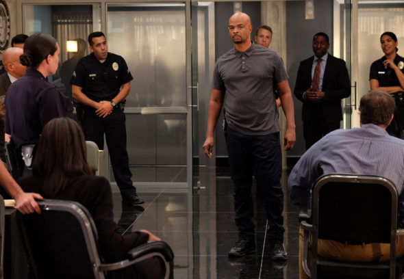 """LETHAL WEAPON: Damon Wayans (C) in the """"Surf n Turf"""" episode of LETHAL WEAPON airing Wednesday, Sept. 28 (8:00-9:00 PM ET/PT) on FOX. ©2016 Fox Broadcasting Co. CR: Darren Michaels/FOX"""