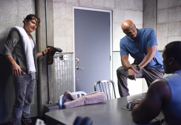 "LETHAL WEAPON: Pictured L-R: Clayne Crawford and Damon Wayans in the ""There Goes Neighborhood"" episode of LETHAL WEAPON airing Wednesday, Oct. 12 (8:00-9:00 PM ET/PT) on FOX. ©2016 Fox Broadcasting Co. CR: Ray Mickhaw/FOX"