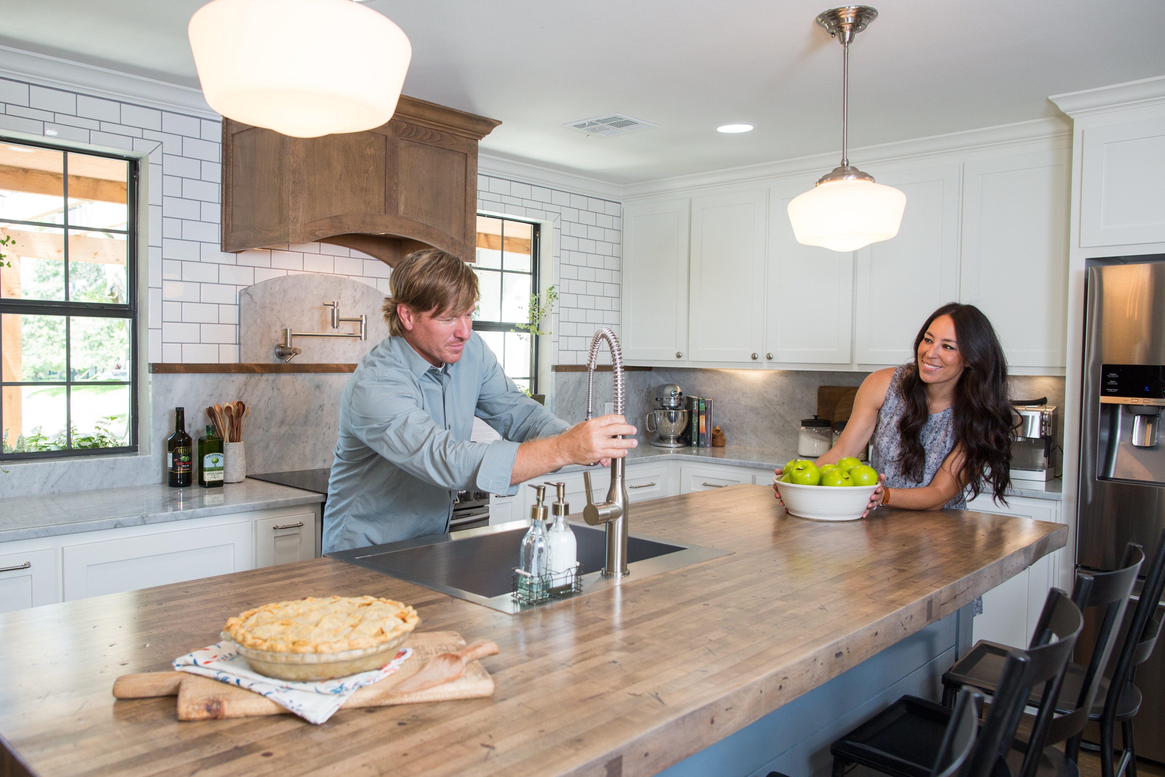 Fixer upper kitchens season 4 - Fixer Upper Chip And Joanna Gaines Return For A Fourth Season Canceled Tv Shows Tv Series Finale